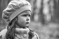 SAD flicka höstskogflicka little Arkivfoto