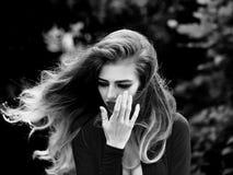 SAD flicka långt sexigt kvinnabarn för hår Royaltyfria Foton