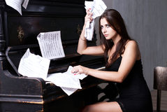 SAD flicka nära piano Royaltyfri Bild