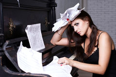 SAD flicka nära piano Royaltyfria Foton