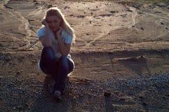 SAD flicka på stranden Arkivfoto