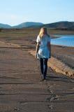 SAD flicka på stranden Arkivbild