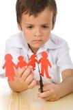 SAD folk för papper för pojkecuttingfamilj Royaltyfria Bilder