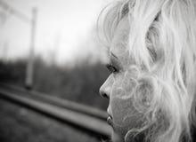 SAD härlig blond stående Royaltyfri Fotografi