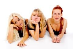 SAD hållande ögonen på TV för härliga flickor Arkivfoto