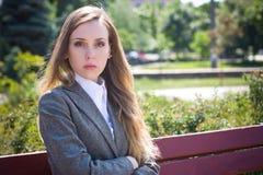 SAD kvinnaarbetare för kontor royaltyfri bild