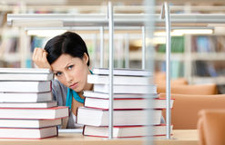 SAD kvinnlig deltagare med böcker royaltyfri foto