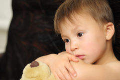 SAD pojke med nallebjörnen Royaltyfria Foton