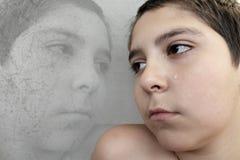 SAD pojkegråt slår frun för familjmakavåld arkivfoto