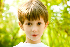 SAD pojkelookstående Royaltyfri Fotografi
