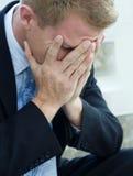 SAD rubbning för ilsken man Royaltyfria Bilder