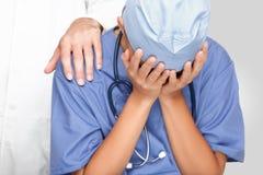SAD rubbning för skriande doktorssjuksköterska Arkivfoton