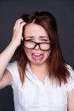 SAD ung kvinna, i att gråta för exponeringsglas Arkivfoton