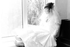 SAD väntande fönster för härlig brud Arkivfoto