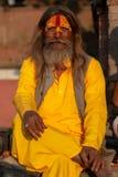 Saddhu com a camisa longa do algodão amarelo do açafrão, templo de Pashupatinath fotografia de stock royalty free