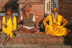 3 Saddhus que levanta para a câmera no templo de Pashupatinath imagem de stock