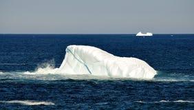 Saddleback góra lodowa blisko wodołazu zdjęcie stock