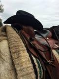 Sadel och cowboy Hat Royaltyfri Bild
