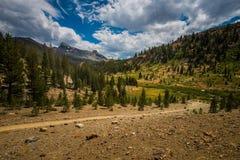 Sadelpåse sjöfördämning i den Yosemite nationalparken och den Inyo nationalskogen Arkivfoton