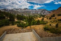 Sadelpåse sjöfördämning i den Yosemite nationalparken och den Inyo nationalskogen Royaltyfri Fotografi