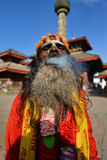 Sadhu人抽烟的草本在加德满都 库存图片