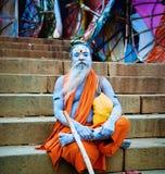Sadhu在河恒河,瓦腊纳西,印度附近坐。 免版税图库摄影