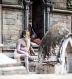 Sadhu坐台阶在加德满都市,尼泊尔 免版税库存照片