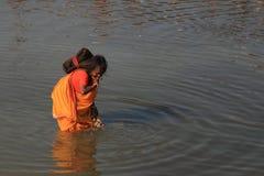 Sadhu妇女在河水被刷新在Kumbh Mela 免版税库存照片