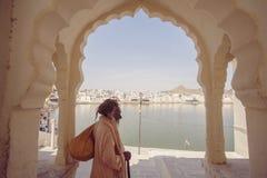 Sadhu Baba con il lago santo Pushkar Fotografia Stock Libera da Diritti