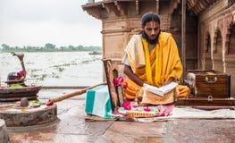 Sadhu czytelniczy święte pisma Fotografia Stock