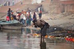 Sadhu de la secta de Aghori bebe el agua del río de Ganga foto de archivo libre de regalías