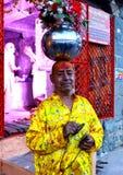 Sadhu die een bloempot op hoofd houden bij mela 2016, Ujjain India van simhasthmaha kumbh Royalty-vrije Stock Fotografie