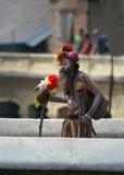 Sadhu die op de brug loopt Royalty-vrije Stock Foto