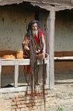 Sadhu die van Shaiva aalmoes voor een tempel zoekt Stock Foto's
