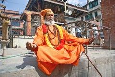 Sadhu die van Shaiva (heilige mens) aalmoes zoekt aan een tempel Stock Afbeelding