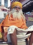Sadhu en el Ghats en Varanasi Imagenes de archivo