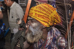 Sadhu fuma un tubo fotos de archivo