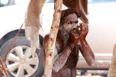 Sadhu hace rituales en el río en Kumbha Mela Foto de archivo