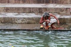 Sadhu hace rituales en el río en Kumbha Mela Fotografía de archivo