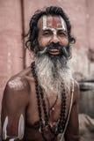 Sadhu - helig man i Varanasi arkivbild