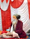 Sadhu hindú con los dreadlocks y ropa del azafrán en el mela Ujjain la India del kumbh de Maha del simhasth Imagen de archivo
