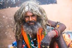 Sadhu hindú en los ghats del río Ganges Foto de archivo