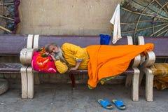 Sadhu hindú en los ghats del río Ganges imagen de archivo libre de regalías
