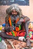 Sadhu hindú en los ghats del río Ganges Imagen de archivo