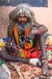 Sadhu hindú en los ghats del río Ganges Imagenes de archivo