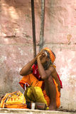 Sadhu (homme saint) fume une pipe Photos libres de droits