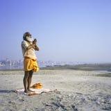Sadhu indù che fa yoga immagine stock