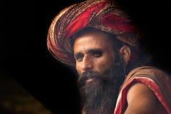 Sadhu indiano que olha para fora Fotos de Stock