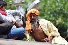 Sadhu indio que sube en el tejado del tren Fotos de archivo libres de regalías