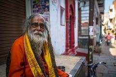 Sadhu lub baba święty mężczyzna na ghats Ganges rzeka Normalnie jest michaelita sadhu, odstępująca, odstępująca materialna przyje obraz stock